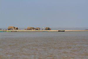 Irrawaddy River, Siedlung von Wanderarbeiternauf Sandbank, Myanmar Oktober 2015