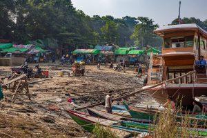 Irrawaddy River, Schiffsanlegestelle bei Mandalay, Myanmar Oktober 2015