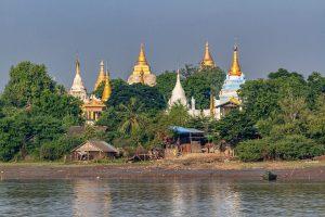 Pagoden am Irrawaddy River, Myanmar Oktober 2015